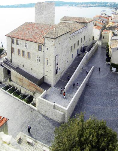 Les abords du musée. Crédit photographique : Direction des musées, Antibes