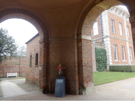 """Une entrée différenciée : cheminer à gauche pour l'entrée accessible, nommée """"East entrance"""", signalée avec le symbole du handicap moteur, à droite pour l'entrée principale avec sa volée de marches."""