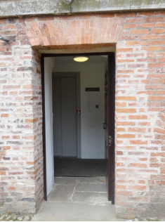 L'ancienne entrée de service conduit à l'ascenseur.