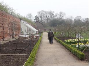 Les larges cheminements d'origine (ici le jardin clos ou « Walled Garden »).