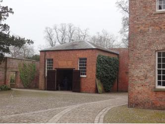 Le cheminement en dallage plus inégal qu'ailleurs dans la cour du bâtiment de la buanderie préserve les caractéristiques patrimoniales.