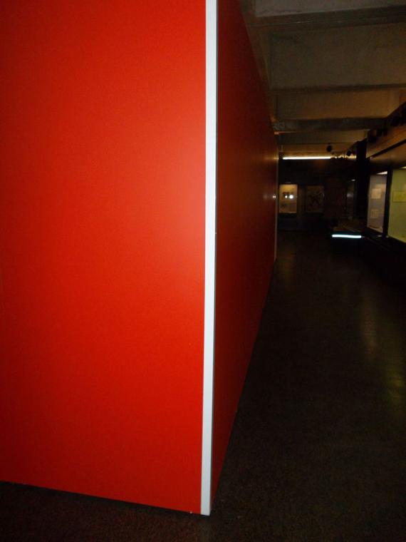 Les bandes réfléchissantes marquent les angles des murs