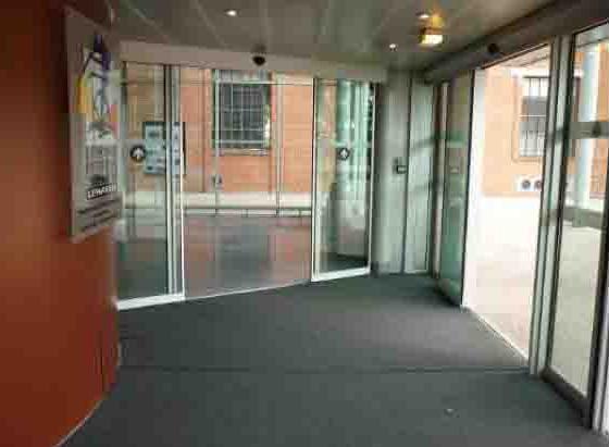 Vue de l'entrée de plain pied disposant de portes automatiques contrastées visuellement.