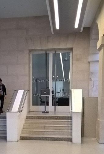 escalier situé dans le hall du musée