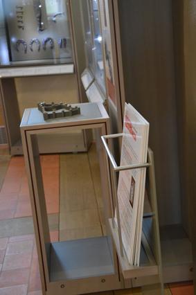Fiches informatives et thématiques disponibles dans les salles du musée - Crédit photographique : Musée du Château de Mayenne