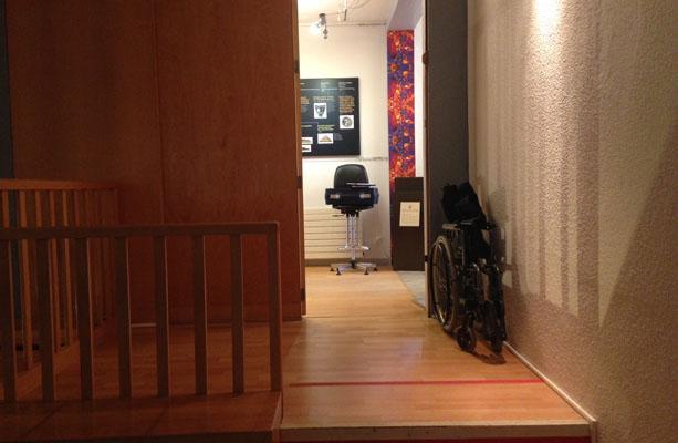 Emplacement dédié pour deux fauteuils roulants dans la salle vidéo