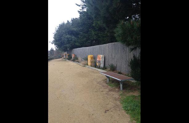 Des assises de repos jalonnent le parcours