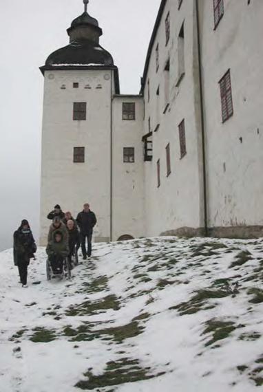 En décembre 2002, l'association d'usagers Bygg Klokt teste l'ensemble des cheminements - ici le cheminement autour du château et jusqu'au lac, à peine entretenu.