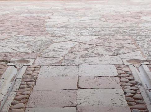 Après les travaux : un dallage accessible pour tous qui fait écho au dallage de la cour à l'ère baroque (été 2005)