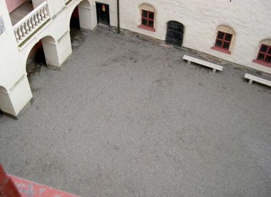 Avant le travaux : la grande cour revêtue de gravier (2002)
