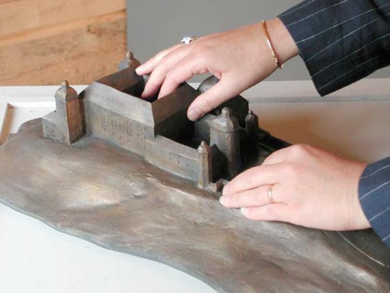 La maquette tactile communique des informations sur le volume, la forme et quelques détails.
