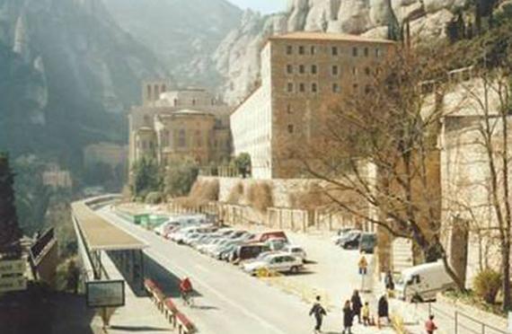Vue de l'abbaye avant les travaux sur la zone de stationnement