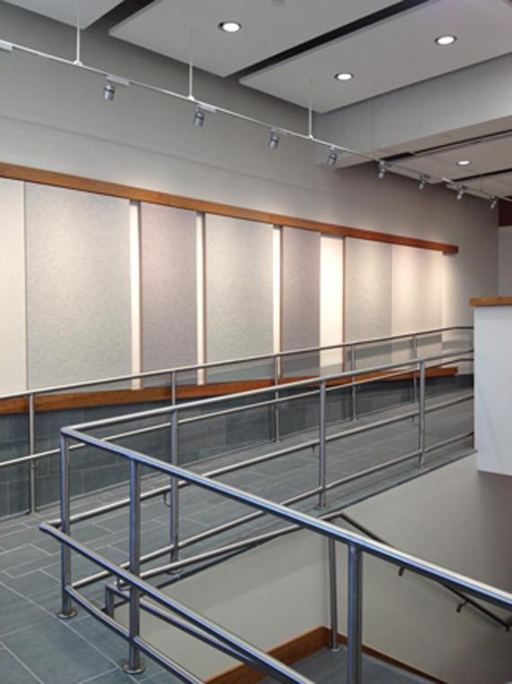 La rampe servant également d'espace d'exposition