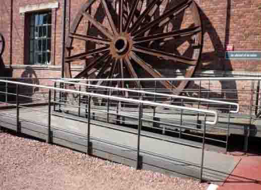 Vue de la rampe d'accès permettant de compenser les ruptures de niveau.