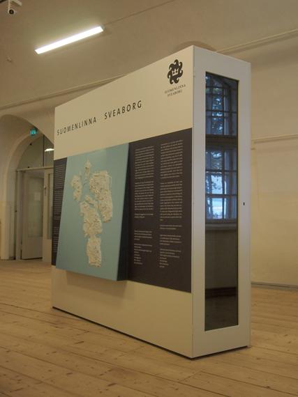 Au centre d'accueil : le panneau d'information de Suomenlinna avec son plan en relief a été conçu pour tous.