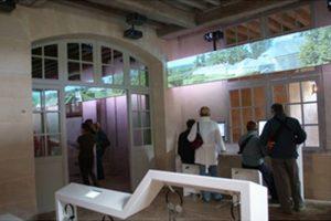 Au rez-de-chaussée du Petit Trianon, une salle multimédia accessible propose une visite virtuelle de l'étage du châeau.