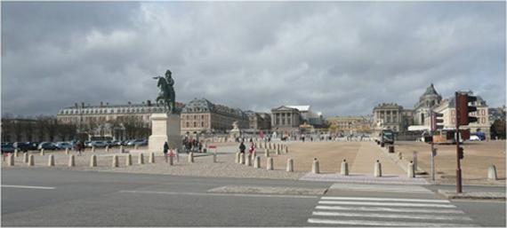 Avenue Rockefeller et place d'Armes avec la statue de Louis XIV après restauration