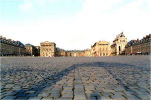 L'allée centrale de la Cour d'Honneur avant restauration