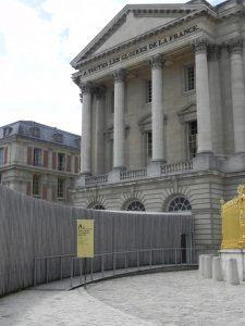 Vue de la rampe d'accès à l'espace d'accueil du pavillon provisoire