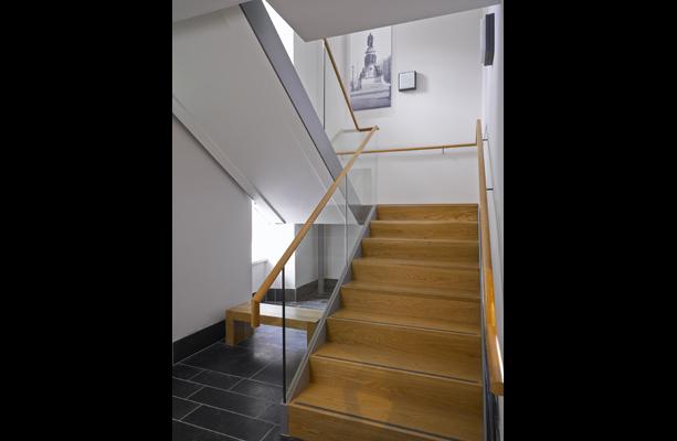 des nouveaux escaliers permettent d'accéder au premier étage