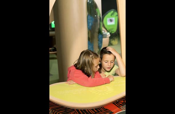 Deux enfants regardant le plateau en relief
