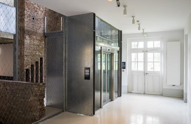 accès en rez-de-chaussée de l'ascenseur. Crédit photographique : Agence Frenak+Jullien