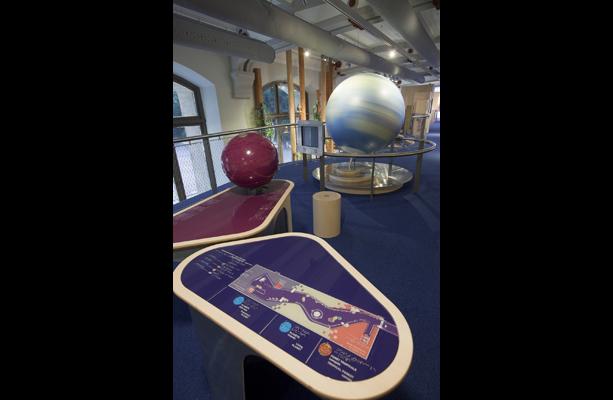 Plan en relief et contrasté adapté à tous, avec globe tactile en arrière plan