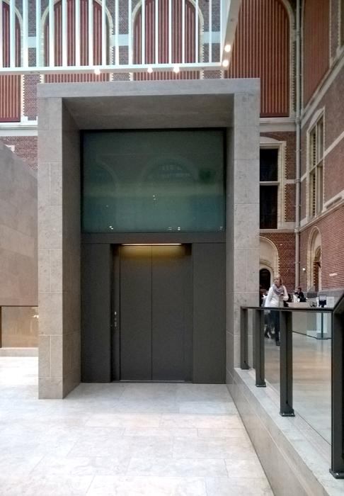 intégration des ascenseurs dans le hall