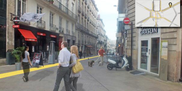 Une ligne jaune détermine un parcours à suivre menant au théâtre et jalonné d'installations temporaires et pérennes