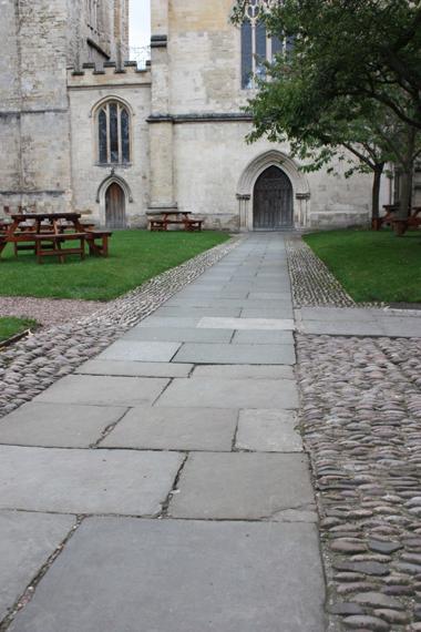 Cathédrale d'Exeter. Le guidage podotactile s'intègre parfaitement à l'architecture du lieu et révèle l'axe de l'entrée.