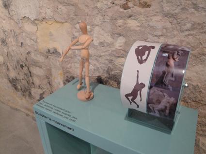Un mannequin de bois permet d'appréhender la notion de mouvement