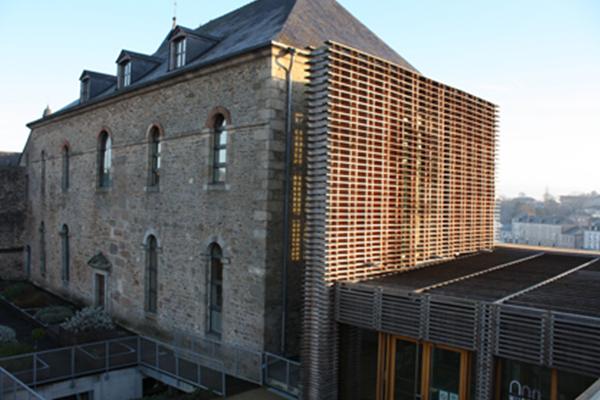 Vue de la rampe, de l'ascenseur et de l'extension contemporaine - Crédit photographique : Musée du château de Mayenne