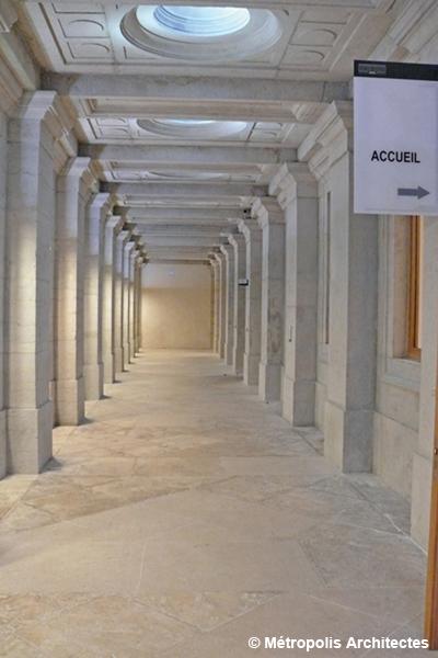 Vue de la galerie intérieure du Palais de justice de Lyon