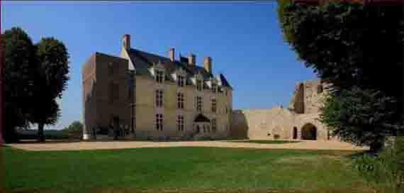 Vue des abords du château de Sainte-Suzanne