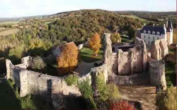 Vue aérienne du château de Sainte-Suzanne