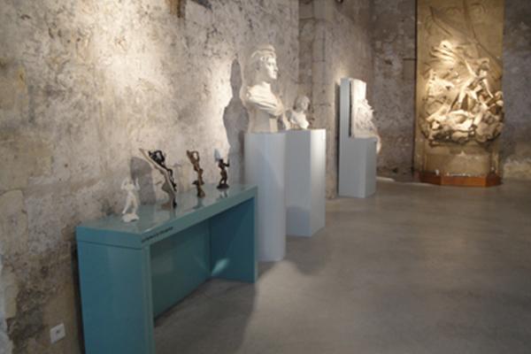 Le mobilier tactile permet d'appréhender la technique de la fonte à la cire perdue - Crédit photographique : Musée Jules Desbois - DAMM