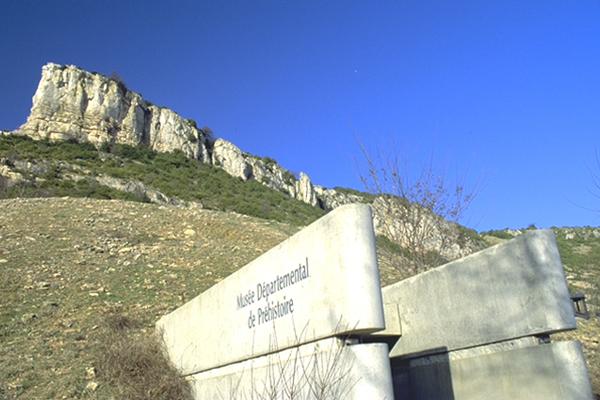Lettrage à l'entrée du musée