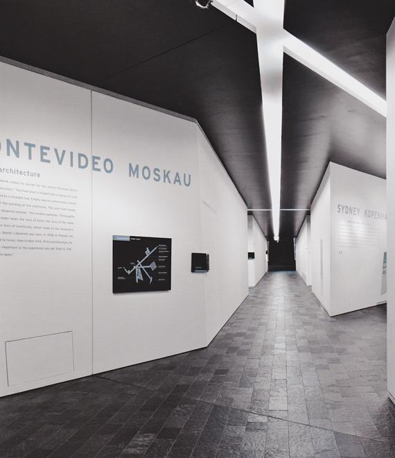 The Jewish museum, Berlin, Polyform-Daniel Libeskind. L'exemple illustre la force de guidage que peut avoir l'architecture par des jeux de contraste entre les parois (sol, plafond et murs) et par le travail de la lumière