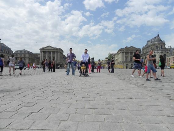 Vue de l'allée centrale devant le château de Versailles