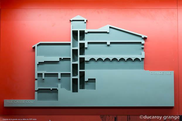 Bas-relief tactile architecturale sur fond contrasté - Crédit photographique : CIAP de Trévoux.