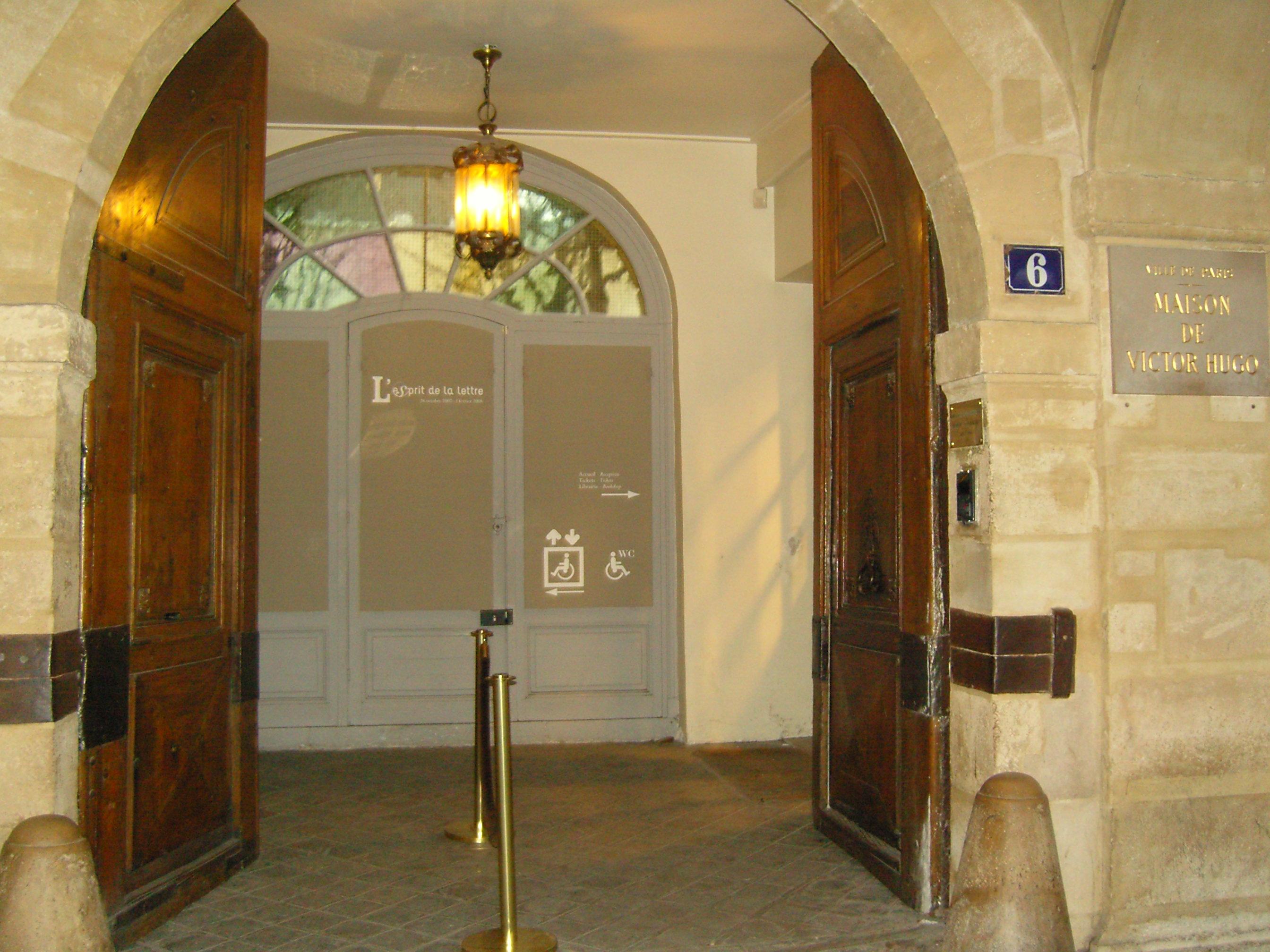 Porte d'accès de la Maison de Victor Hugo
