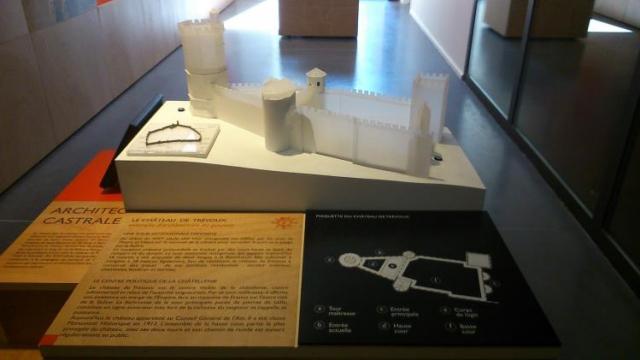 Maquette tactile architecturale et son plan contrasté - Crédit photographique : CIAP de Trévoux.
