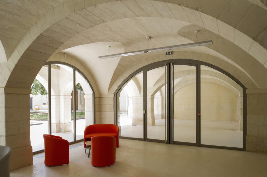 L'accueil prend place dans l'ancien préau des élèves. Crédit photographique : Antoine Guilhem Ducleon