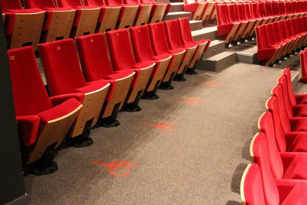 Emplacements pour les usagers de fauteuil. Crédit photographique : Théâtre de Laval.