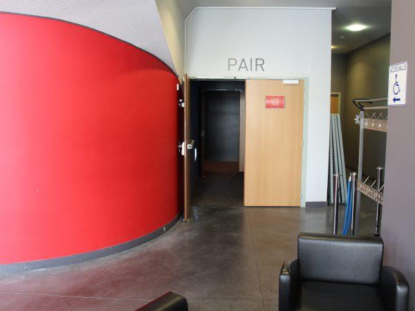 Porte d'accès à la grande salle. Crédit photographique : Théâtre de Laval.
