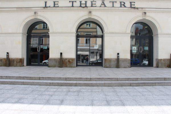 Parvis et entrée par une porte coulissante automatique. Crédit photographique : Théâtre de Laval.