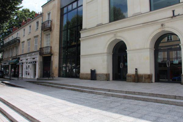 Les rampes intégrées au parvis. Crédit photographique : Théâtre de Laval.