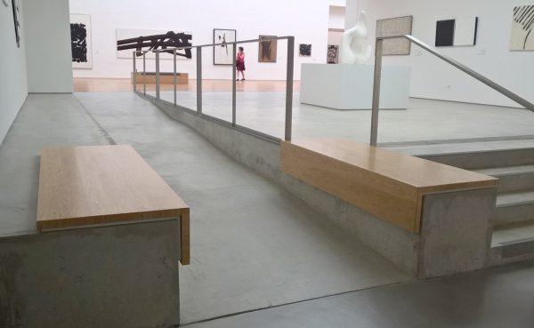 Rampe et assises latérales entre le niveau 1 du Palais et du Cube. Crédit photographique : Clémentine Laurent-Polz