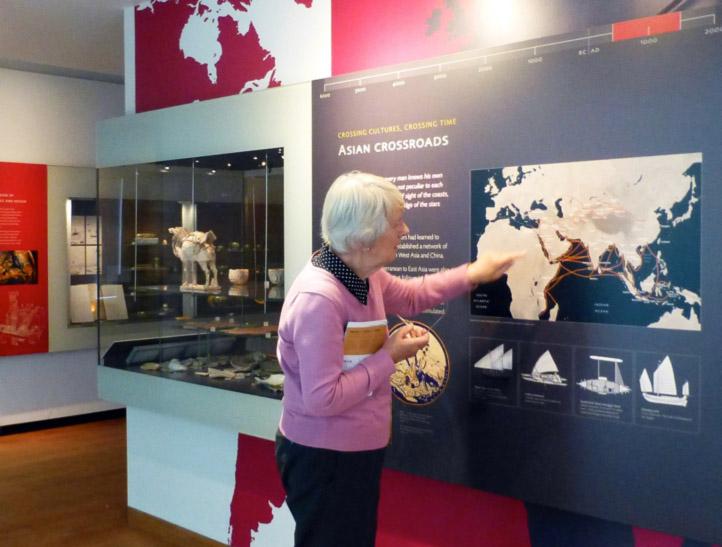 Fig. 9. Le musée Ashmolean après les travaux : exemple de panneau d'interprétation en nouveau style maison avec carte, chronologie, dessins, récit de mise en contexte.