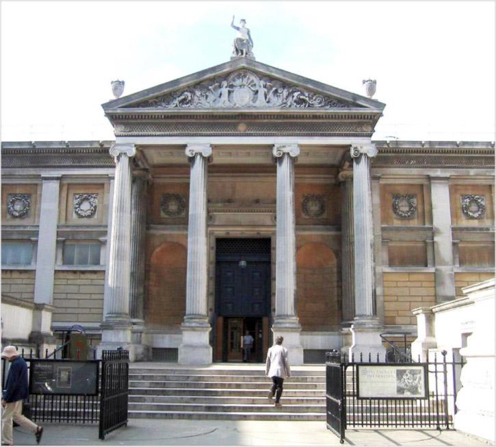 Fig. 1. Le musée Ashmolean avant les travaux : la cour avant et, sous le portique en haut des escaliers, l'entrée principale avec son entrée peu accueillante et sa porte monumentale en partie scellée.